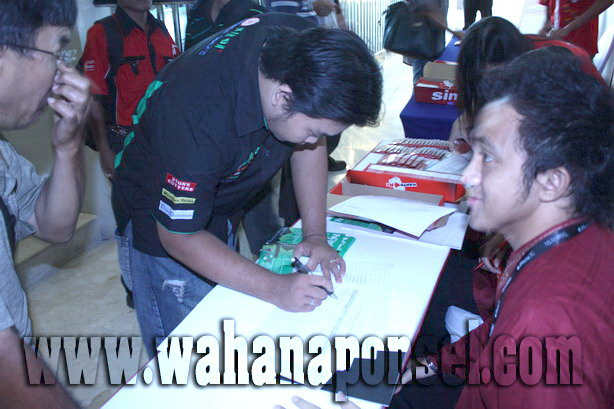 Workshop-Reparasi-Ponsel-Outlet-Telkomsel-04_exposure